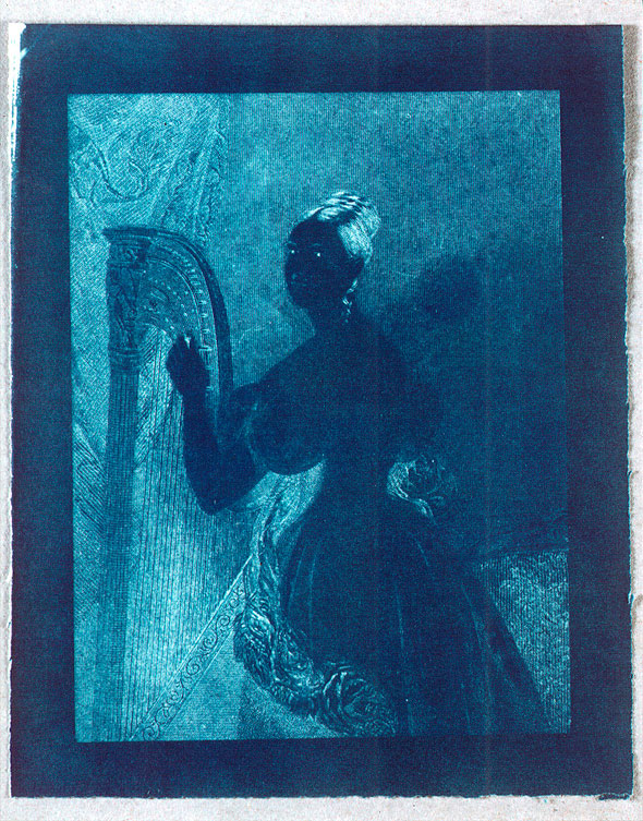 Sir John Herschel: Experimentelle Cyanotypie einer Gravur einer Dame mit Harfe, 1842.
