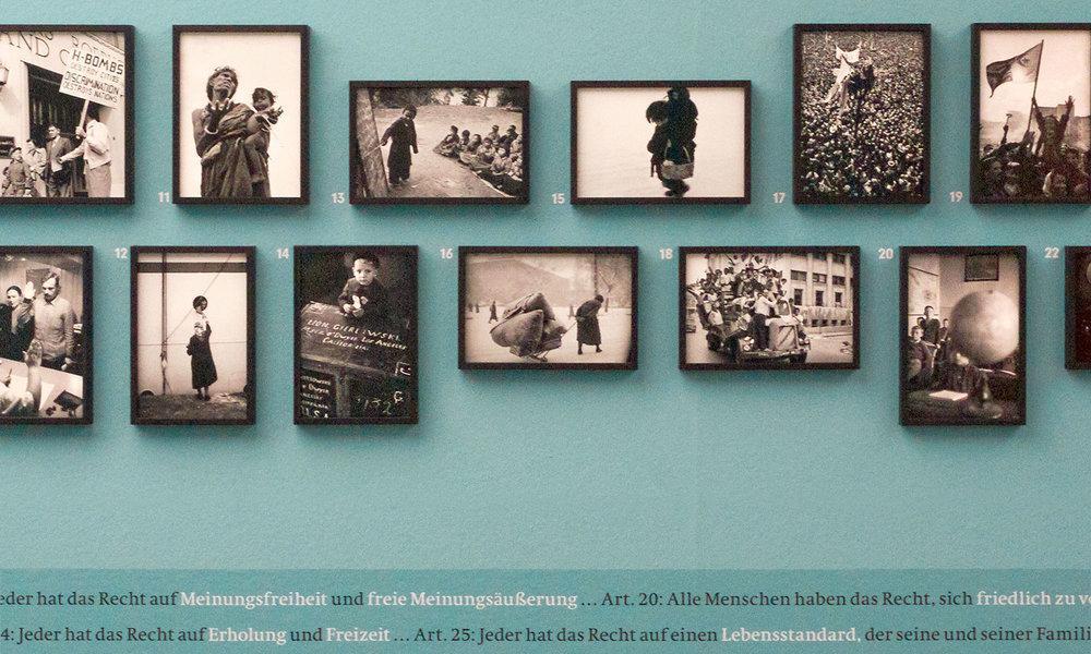 Menschenrechte und menschliches Unrecht in Wort und Bild.  Werner Bischof, Bihar, Indien, April 1951 (Nummer 11). Marc Riboud, Unabhängigkeit, Algerien, Juli 1962 (Nummer 18).