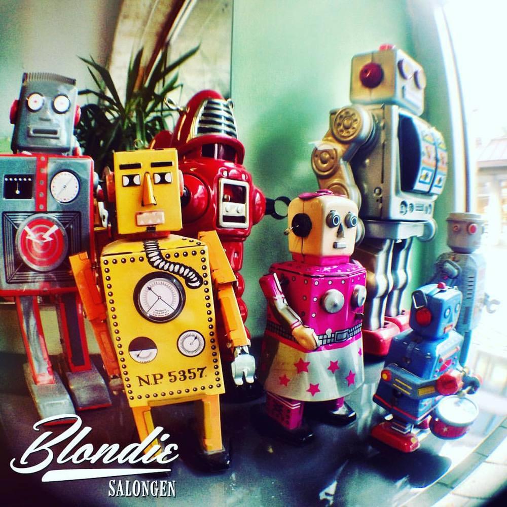 Royboy gjengen etablert på @blondiesalongen #blondiesalongen #økologiskfrisør #vintagerobot #toyrobot #spacerobot #royboys