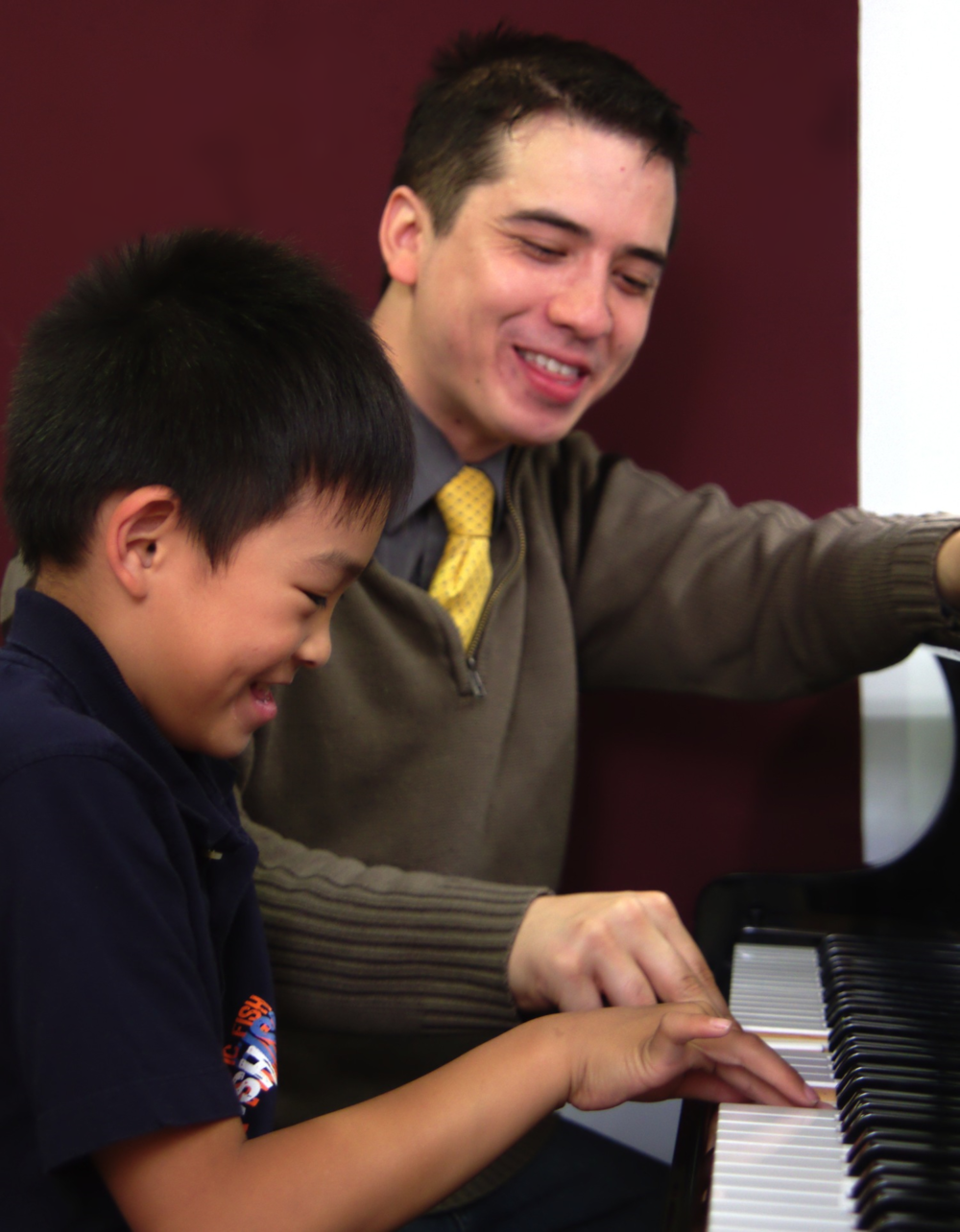 Dr. Ben au piano, donnant un cours à un de ses élèves débutants au Chapman Piano Studio, NDG, Montreal.Photo Credit. Yuuki Omori 2014.