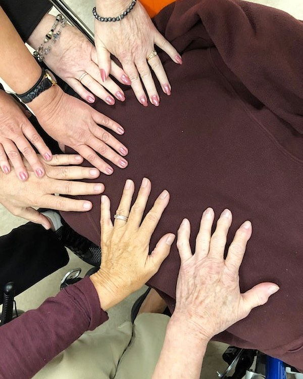 Meet our new friends - The North Shore Young Stroke Survivors Group.  Our remarkable volunteer, Sharen, lovingly attended to some very happy hands!  Looking forward to seeing you again next month. 💅🏻💅🏻💅🏻