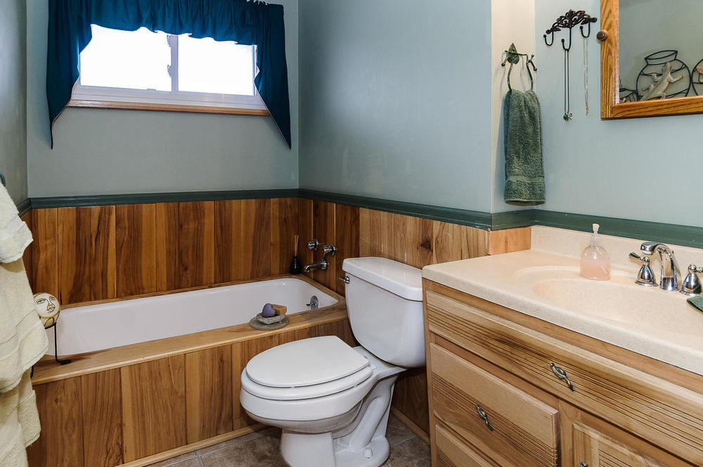 364 Xanadu St Aurora CO 80012-large-019-11-Main Bathroom-1500x997-72dpi.jpg