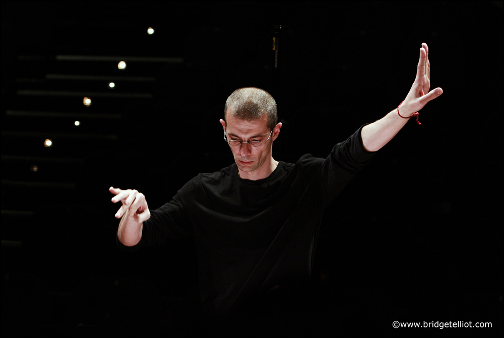 Filip Rath  é   rehearses the Spectra Ensemble