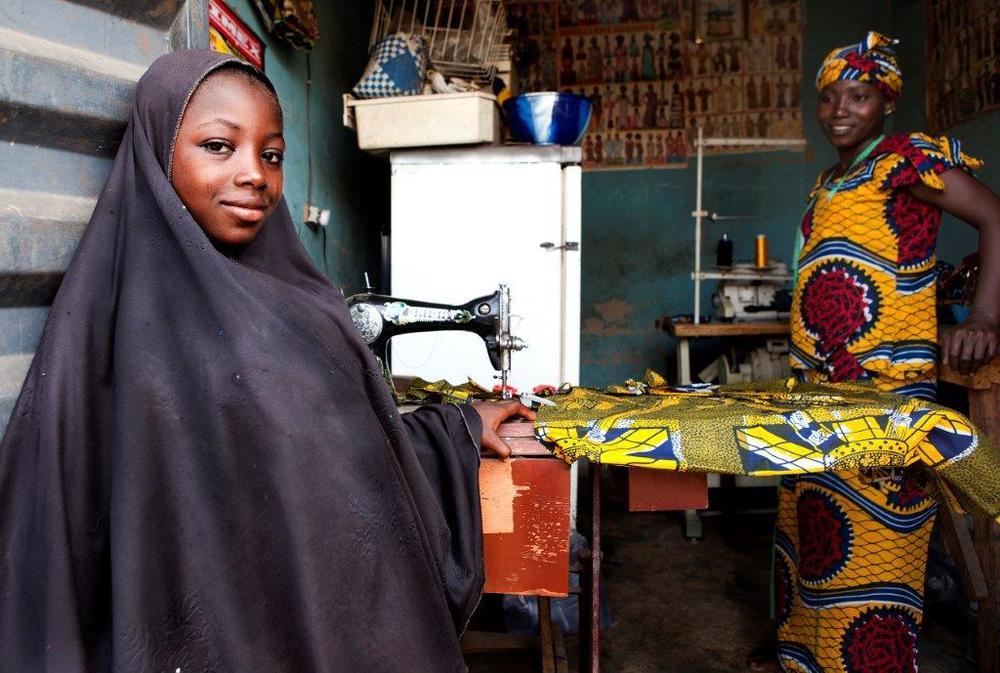 Retrato de una niña musulmana en una sastrería nigeriana