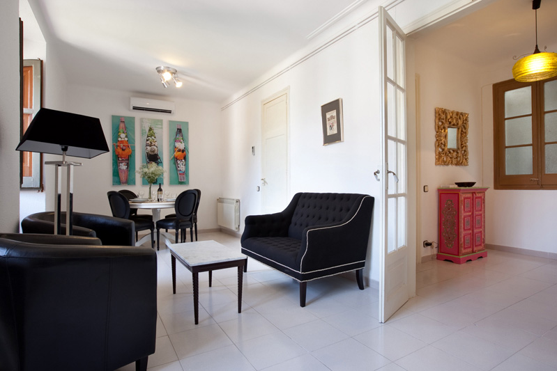 Bailèn .Fantastic, bright, stylish & quiet three bedroom in the upper part of Eixample. This lovely & nice apartment is on the 5th floor of a beautiful modernist building.   Book now with airbnb!