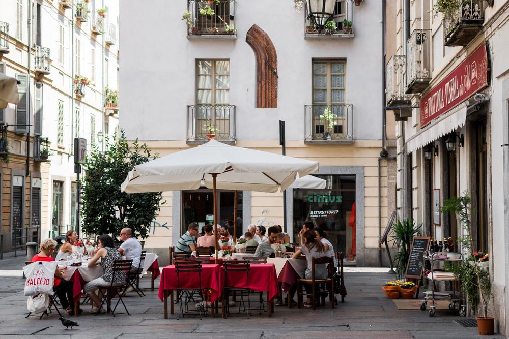 Pranzo fuori ai tavoli rossi Torino italia