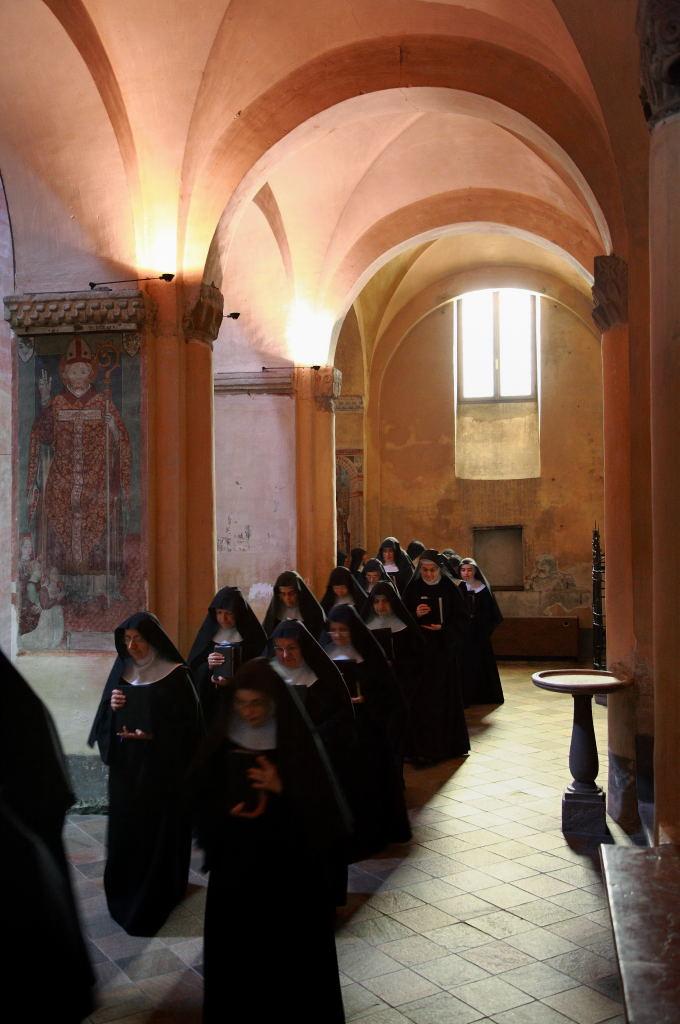 Ingresso delle monache nella chiesa di San Giulio, sul lago d'Orta