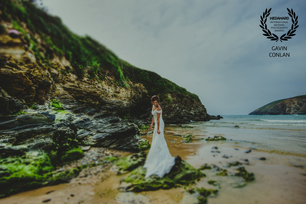 destination-wedding-portrait-mawgan-porth-beach-cornwall-gavin-conlan-photography-wedaward