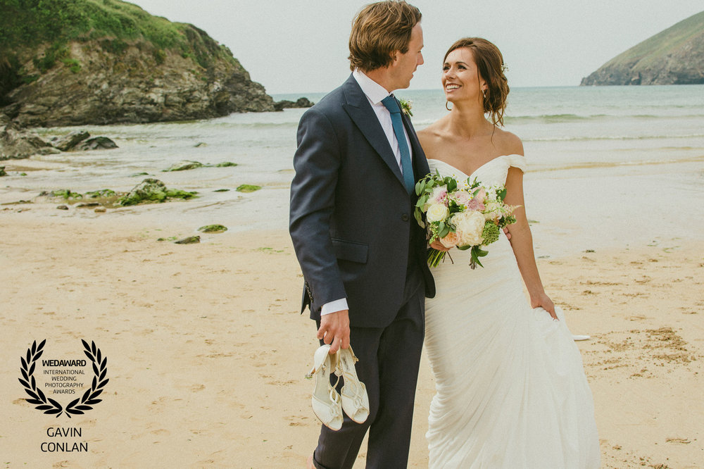 wedding-portrait-mawgan-porth-beach-cornwall-gavin-conlan-photography-wedaward-03