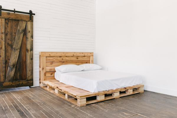 Queen_Pallet_Bed_with_cstudiohome_com_bedding_jpg_600x.jpg