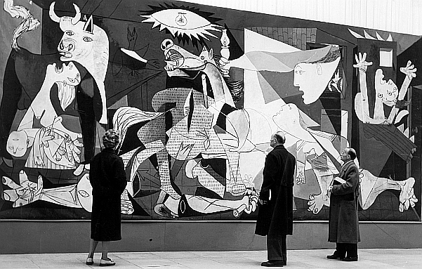 "Visitors viewing ""La Guernica"" in the 1955 Picasso exhibition at Haus der Kunst. © Succession Picasso / VG Bild-Kunst, Bonn 2014, photo Georg Goebel © picture alliance / dpa - Bildarchiv"