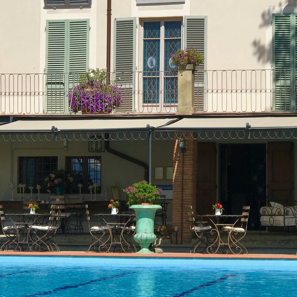The pool and restaurant at Borgo i Vicelli.