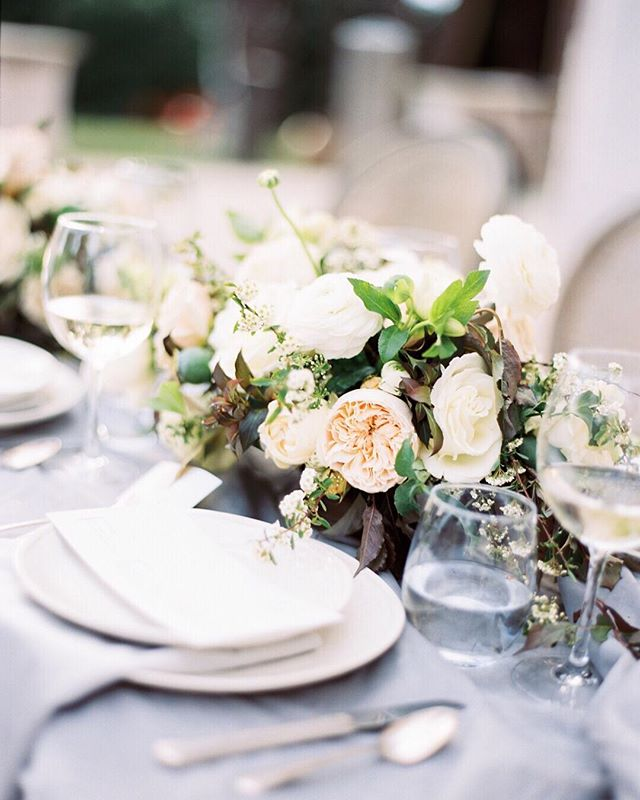 How pretty is this table scape ?! @thehybridco #thehybridco  Floral +design by @jannabrowndesign  Hair + makeup by @nataliaissa  Venue : @mcnayart  Film processing : @thefindlab