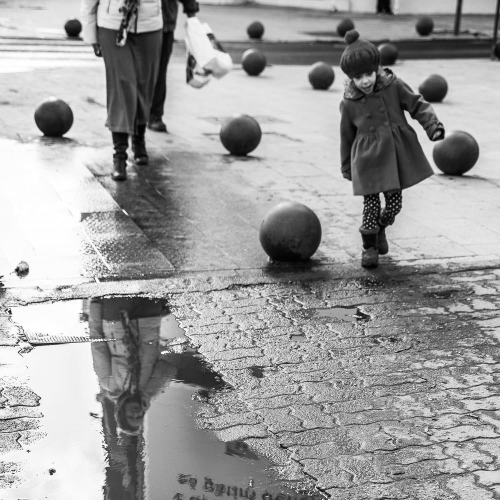 Catalin Burlacu Luxembourg street Photographer -  black and white child reflexions.JPG
