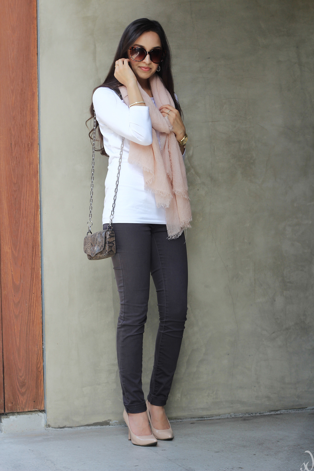 gray pink white, skinny jeans, blush, neutrals, basics, easy everyday outfit, chic, tory burch cross body