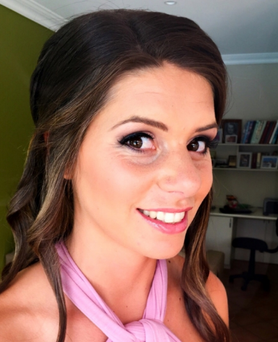 Bridesmaid wearing Revlon skinlights in Bare Light on the cheekbones