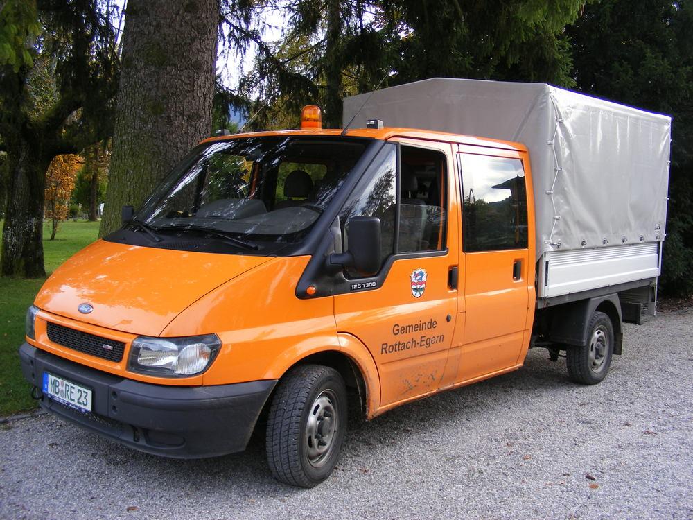 Ford_Transit_125_T300_Pritsche_mit_erw._Fahrerkabine,_Rottach-Egern.jpg