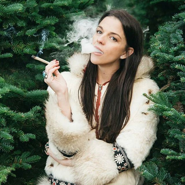 While others are taking  their trees down @imcannabess is keeping hers lit year-round 📸@bessbyers... _  #cannabisoutdoors #420 #cannabislife #cannabislovers #highlife #ganjapreneur