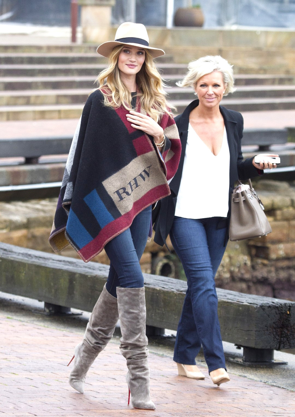 la-modella-mafia-Rosie-Huntington-Whiteley-2014-street-style-in-a-custom-initialized-Burberry-cape-2.jpg