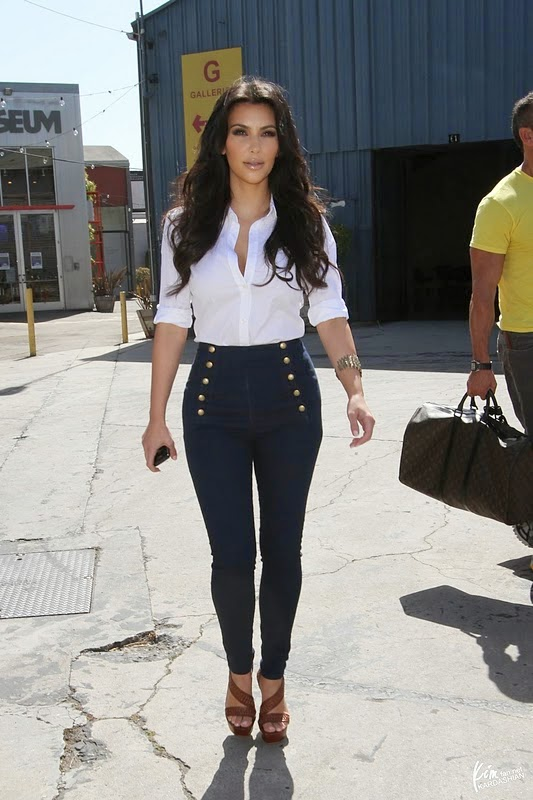 f830bf6c42c90698_kim_kardashian_in_current-elliot_patsie_skinny_sailor_jeans.jpg