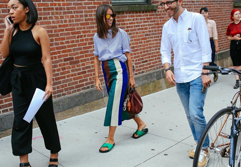 Rachel Goldenberg'in çantası Loewe, terlikleri Celine, eteği Derek Lam ve gömleği ise Rachel Comey marka.
