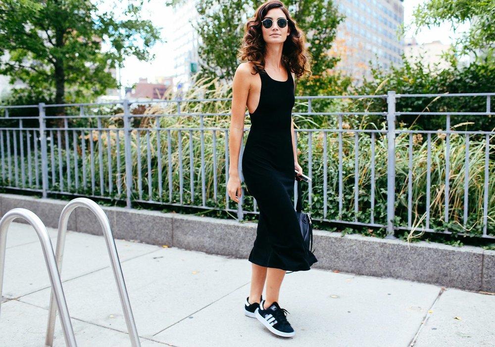 Lily Aldridge'in ayakkabıları Adidas, çantası ise Givenchy.