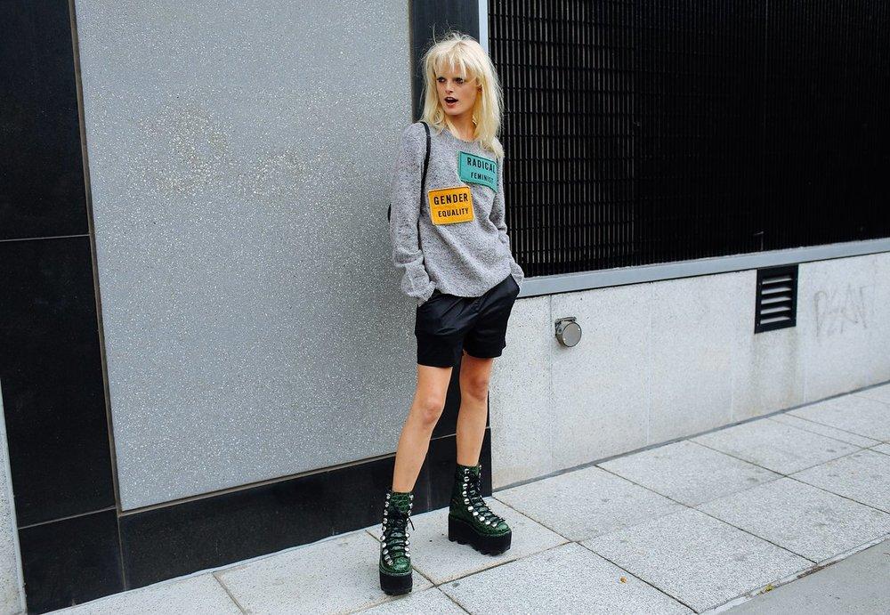 Hanne Gaby Odiele kazağını Acne Studios , botlarınıise Alexander Wang markasından almış.