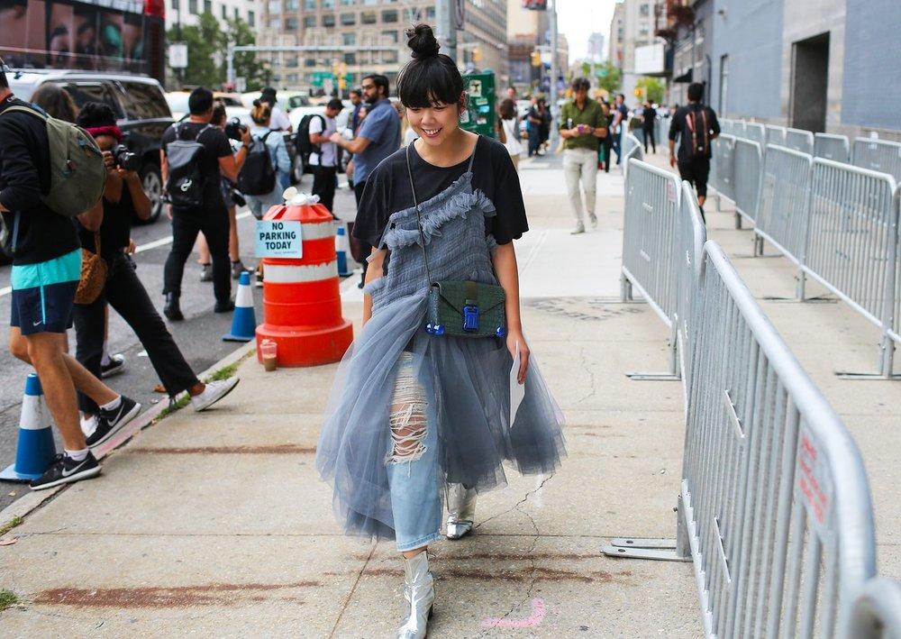 Susie Lau'nun elbisesi Molly Goddard, çantası ise Christopher Kane markasından.