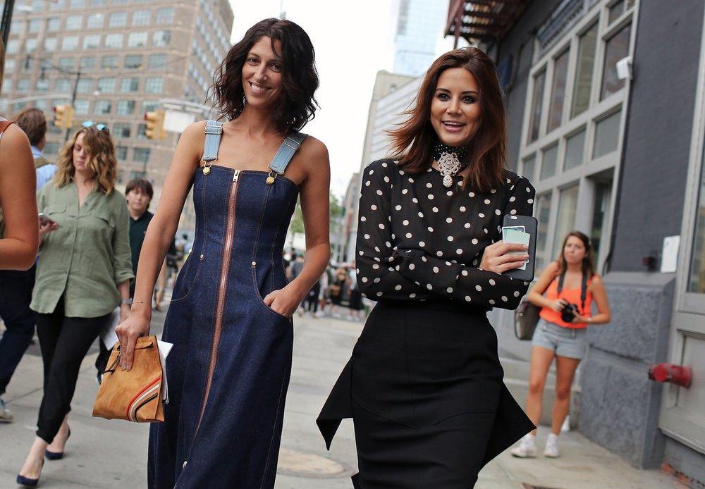 Yasmin Sewell'in elbisesi Natasha Zinko, çantası ise Loewe markasından alınmış.