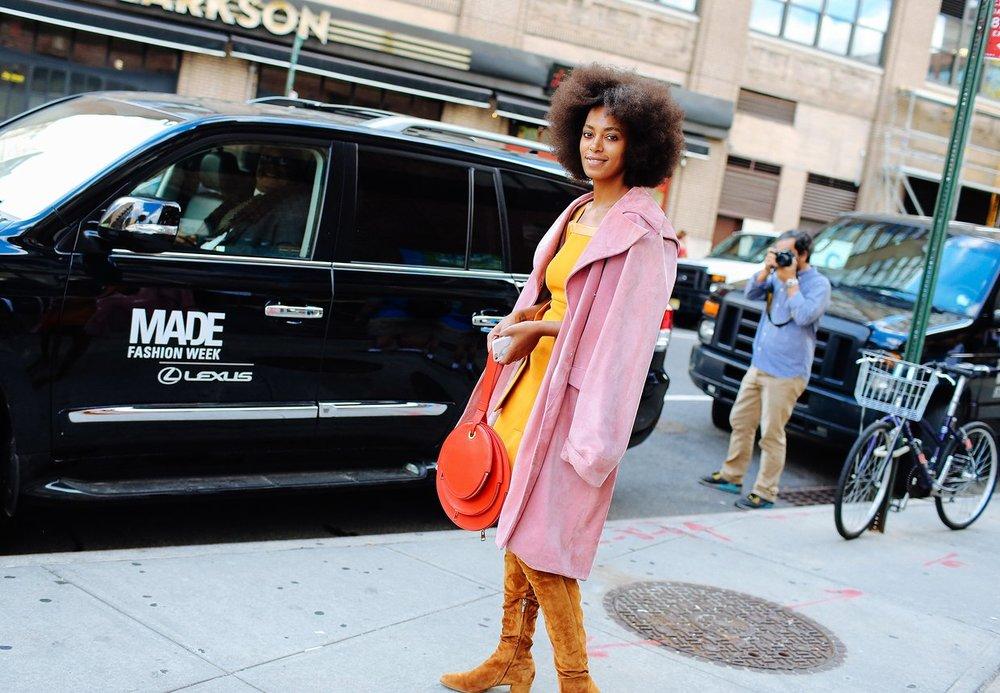Solange Knowles'in çantası ve mantosu J.W.Anderson markasını taşıyor.