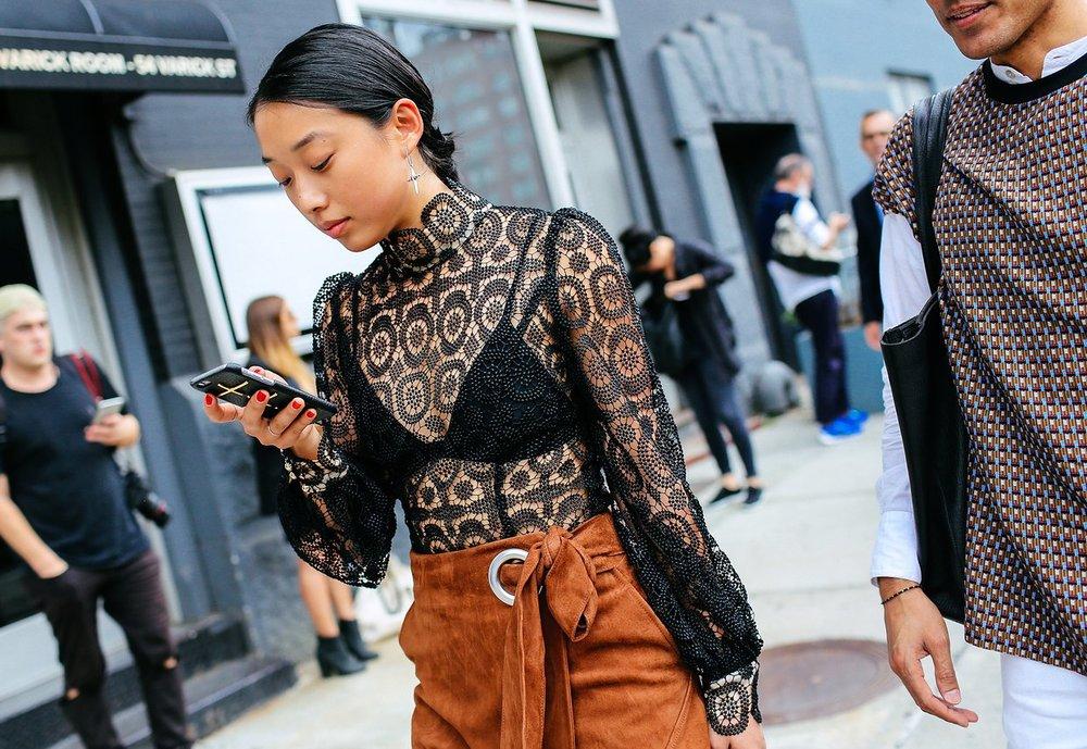 Margaret Zhang'ın bluzü Zimmerman'den, eteğiise Tibi markasından.