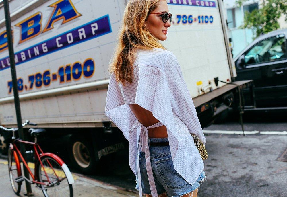 Sofia Sanchez de Betak'ın gömleği Tome, çantası ise Anndra Neen markasından.