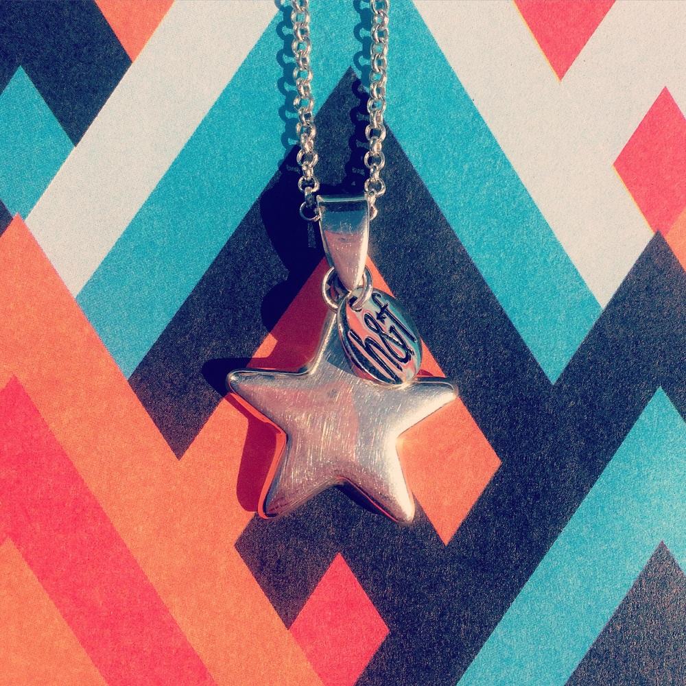 Helix and Felix 925 Sterling Silver Shooting Star Pendant.