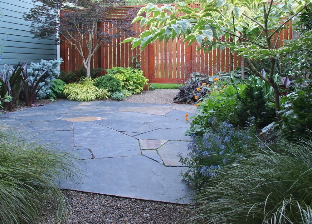 A small flagstone patio and pea gravel paths working in harmony.