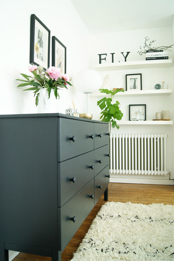 Bedroom_black_drawers_Design_Hunter.jpg