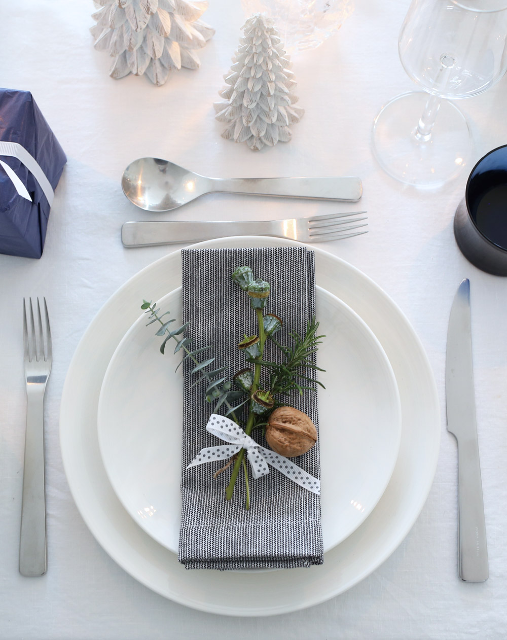 Blue & white festive table setting
