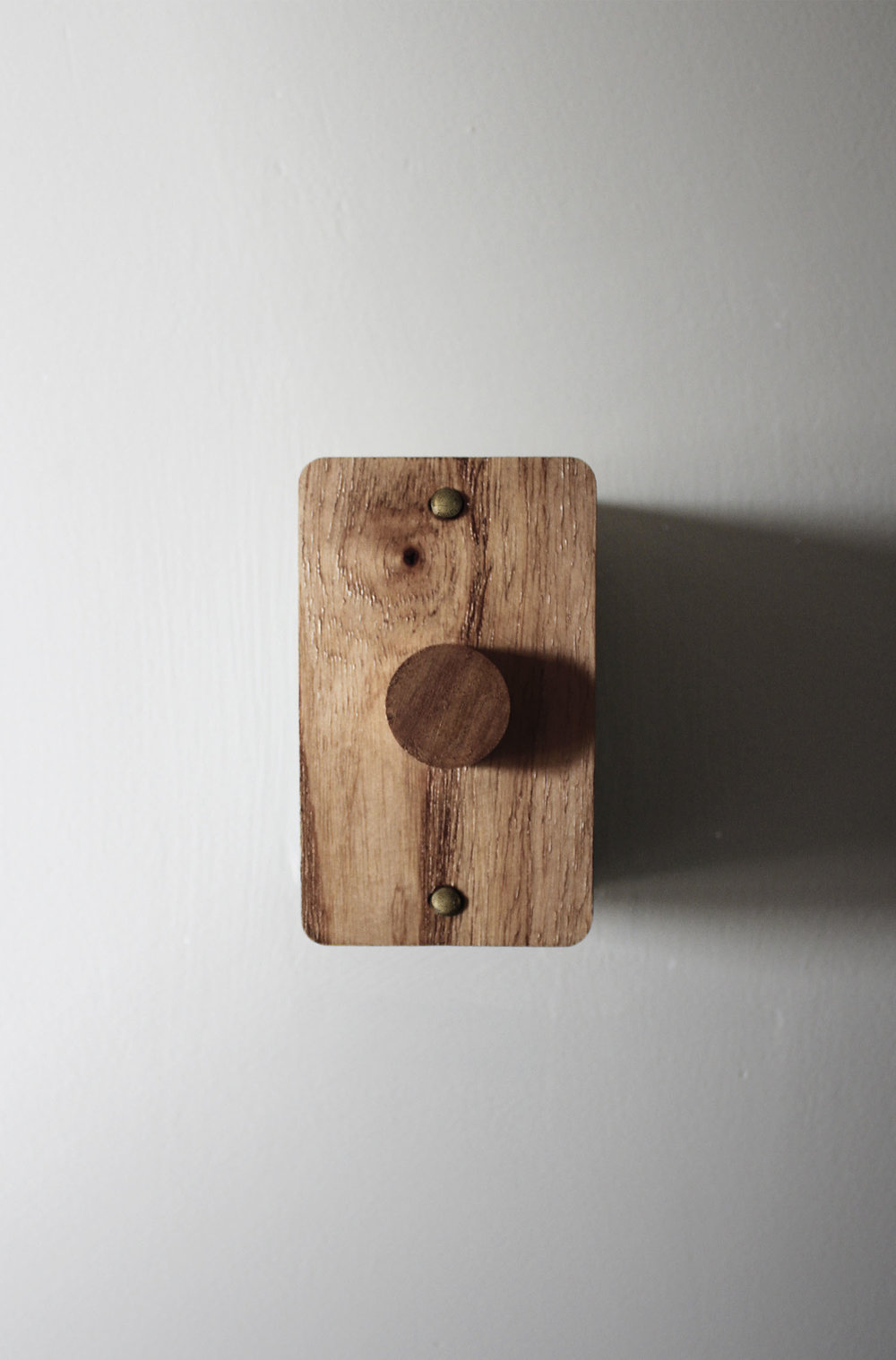 Wooden light switch detail | Carbono Atelier