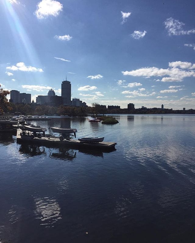 Charles is like glass 👌 It may be cold, but the sun is beaming down and it's AWESOME RUNNING WEATHER! ☀️ ❄️ 🏃‍♂️ 🏃🏽‍♀️ Get out there! Your soul will thank you.🍁 #fall #running #loverunning #boston