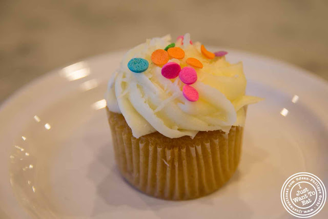 image of vanilla and coconut cupcakes at Molly's cupcakes in the West Village, NYC, New York