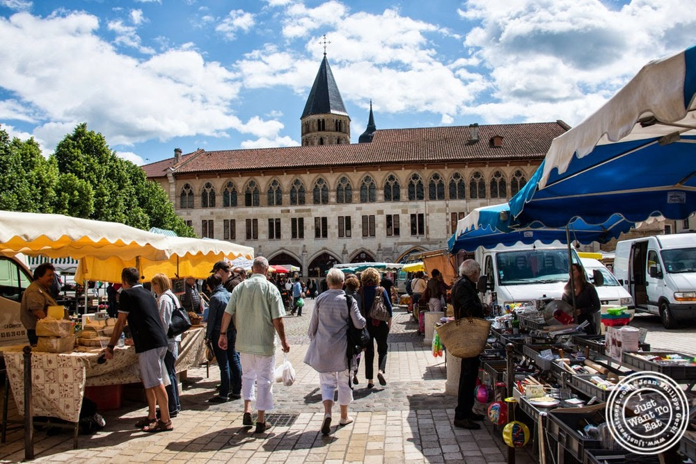 image of the market at Cluny, France
