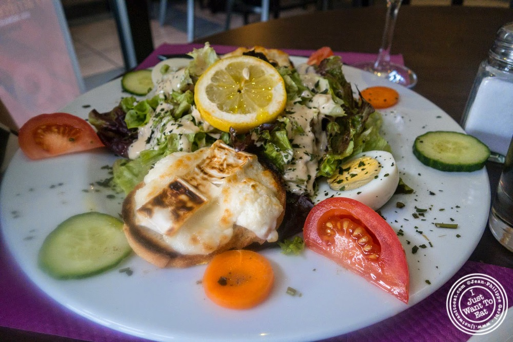 image of goat cheese salad at Le Festival des Pizzas in Grenoble, France