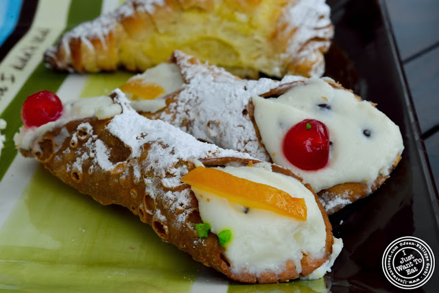 image of cannoli at Villabate-Alba in Bensonhurst, Brooklyn, New York
