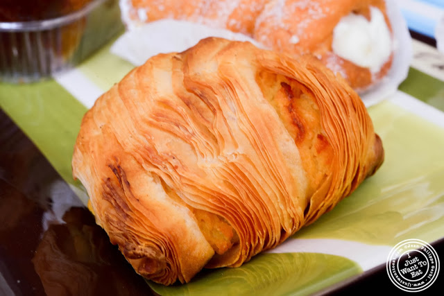 image of sfogliatelle at Villabate-Alba in Bensonhurst, Brooklyn, New York