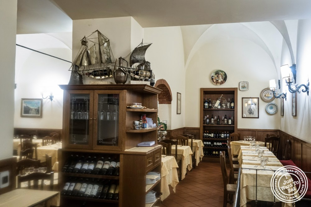 image of dining room at Mamma Gina in Florence, Italy