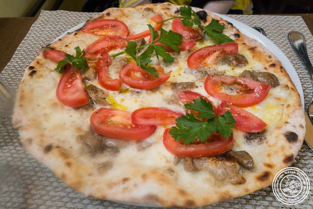 image of pizza tartufata at Il Salimbecco in Florence, Italy