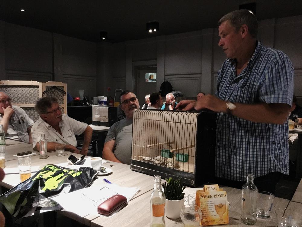 Paul Van Buggenhout kwam ons tijdens de maandelijkse ledenvergadering van De Witte Valk Opwijk wat uitleg geven over Valkparkieten. Zo zijn we weer wat slimmer geworden. Op de foto toon Paul ons enkele jongen die hij dit kweekseizoen heeft gekweekt.