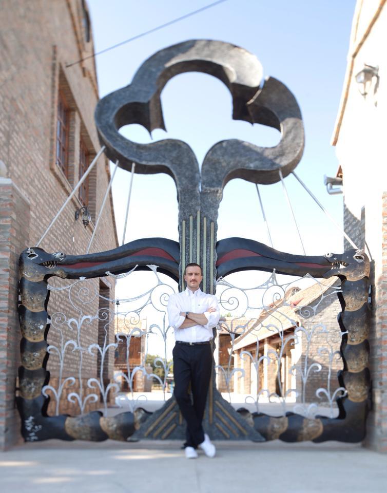 Kapija skulptura , kovano gvozdje u eksterijeru. Rad Nikole Pantovica