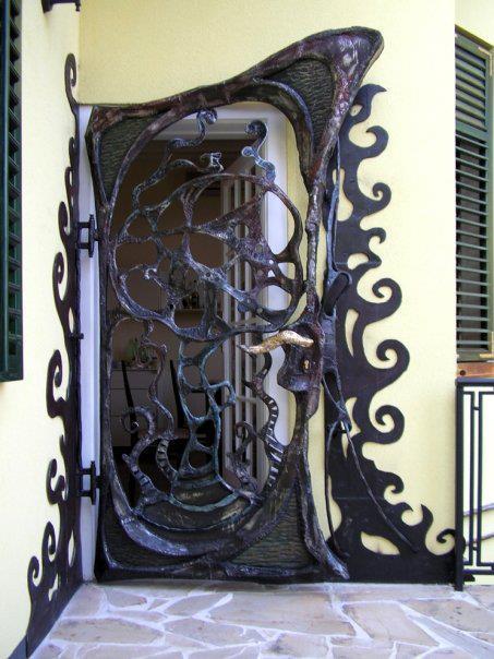 Unikatna skulptura vrata, privatna vila Senjak -Beograd.    Rad Nikole Pantovica