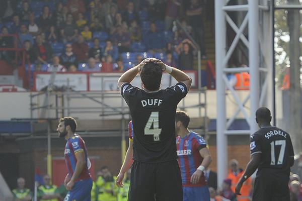 Michael Duff, lamentándose tras un lance del partido (Fotografía: Twitter Burnley FC)