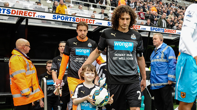 Fabricio Coloccini y Tim Krul, con la camiseta de apoyo a Jonás (Fotografía: Newcastle United)